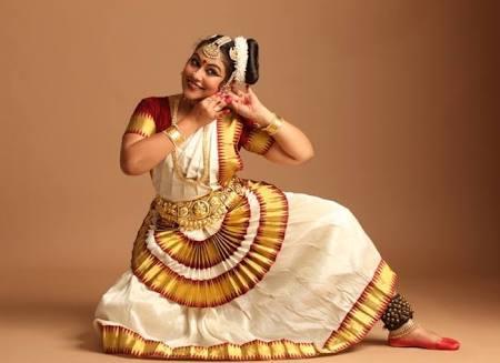Mohiniattam dancers